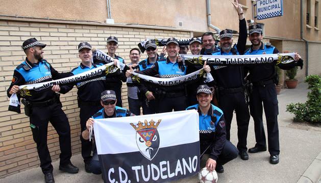 Un grupo de agentes de Tudela posa con banderas y bufandas, como muestra de apoyo al Tudelano.