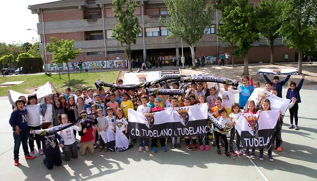 Un grupo de estudiantes de este colegio San Julián posan con banderas y bufandas para animar al Tudelano de cara a la fase de ascenso.