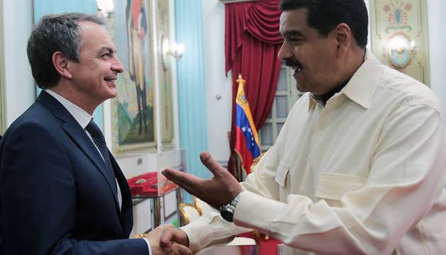 Nicolás Maduro saluda al expresidente español José Luis Rodríguez Zapatero en el Palacio Presidencial de Caracas.
