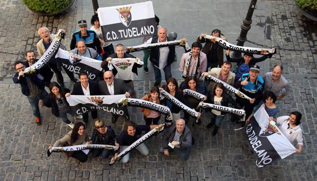 Los trabajadores y concejales del ayuntamiento animan al Tudelano con banderas, bufandas y camisetas en la plaza Vieja.
