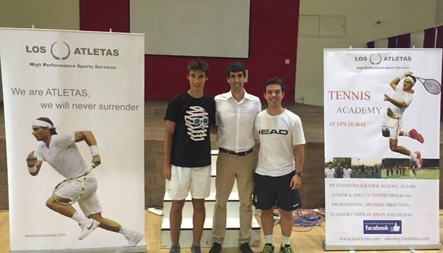 Iván Baena, en el centro, junto a David Gómez y Xabier Fernández, amigos que han ido a Dubai a trabajar con él.