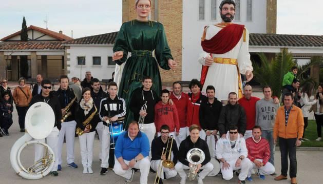 La charanga 'El encierro' de Carcastillo posa junto a los nuevos gigantes de Rada.