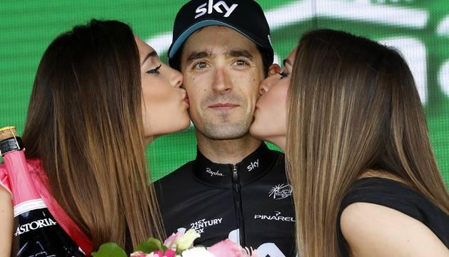 Mikel Nieve, con las azafatas del Giro de Italia, ayer tras imponerse en la decimotercera etapa del Giro.