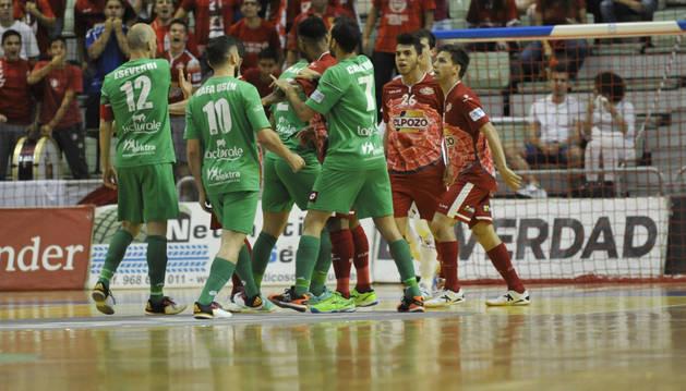 Los jugadores de ambos equipos durante una de las varias tanganas que hubo ayer en el Palacio de los Deportes de Murcia.