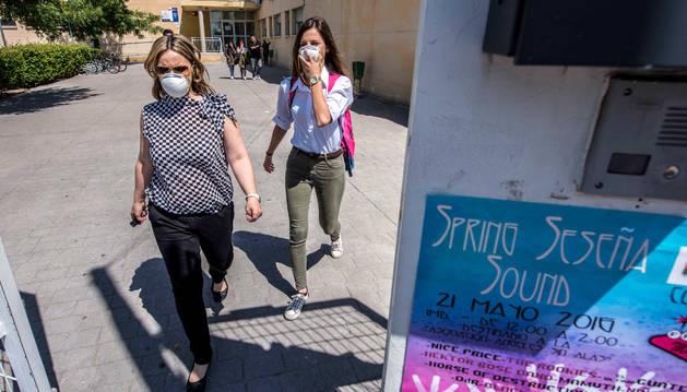 Los bomberos calculan que la emisión de humos se reducirá notablemente en tres días.