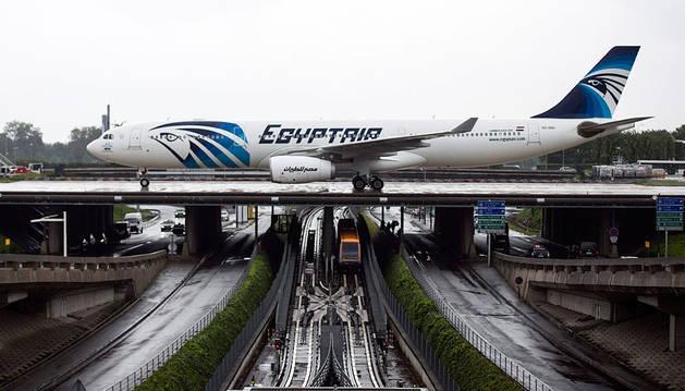 Un avión Airbus A330 de Egyptair, tras aterrizar en el aeropuerto Roissy-Charles de Gaulle.