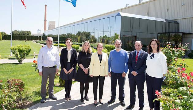 Barkos y Manu Ayerdi con los representantes de Guardian Navarra.