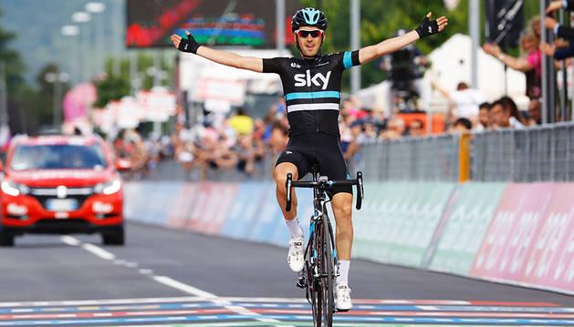 El navarro Mikel Nieve logra la primera victoria española en el Giro