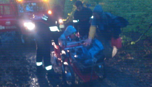 Los bomberos auxilian a una peregrina cuya silla de ruedas se quedó sin batería