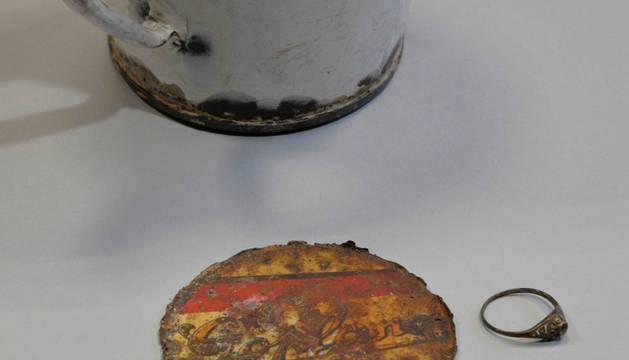 Encuentran un anillo y un collar en el doble fondo de una taza de Auschwitz