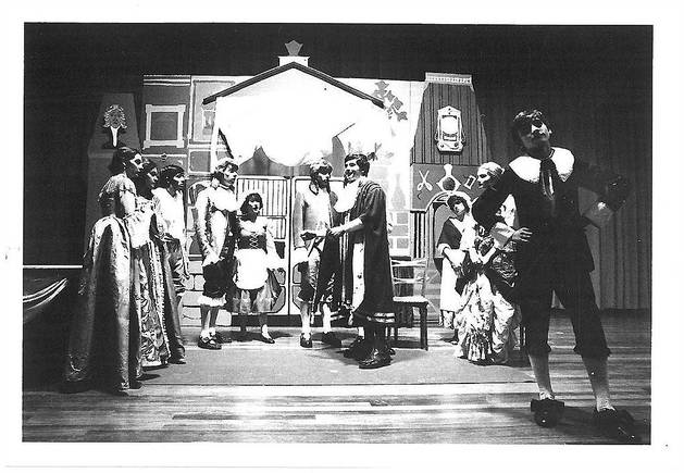 Amaia Lasa, en el círculo, en la primera obra del Taller del Navarro Villoslada, 'El Tartufo', en el año 1979. Lasa obtuvo el papel porque era muy tímida y su personaje no tenía texto.