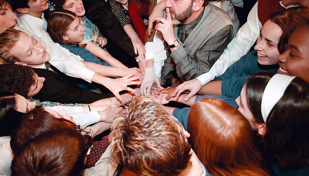 La imagen de Ignacio Aranguren con un grupo de alumnos del taller ilustró la portada del libro '25 años de Teatro y Educación', de su firma y de Vicente Galbete.