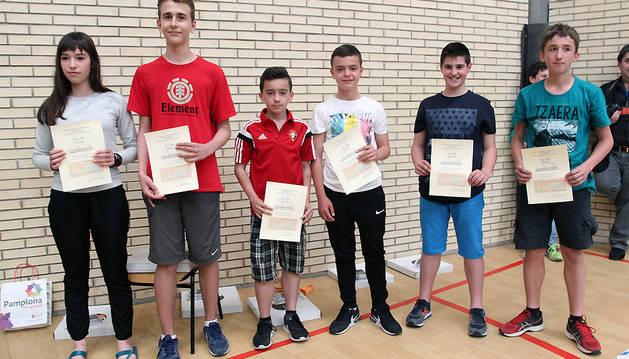 De izquierda a derecha, Adriana Lara y Xabier Laquidain (pareja ganadora de la XXX Olimpiada escolar de Matemáticas de Navarra); Iñaki Garatea e Iker Torres (terceros clasificados); y Nicolás Ayúcar y Mikel Igoa (segundos clasificados).