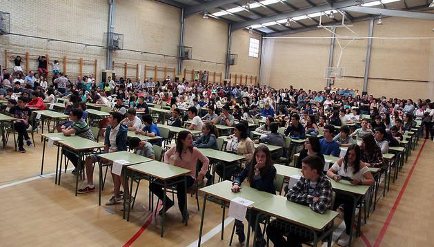 Los participantes en la XXX Olimpiada Escolar de Matemáticas de Navarra, sentados, y rodeados de familiares y otros acompañantes.