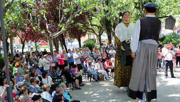La Nueva Comparsa Tudelana abrió las actuaciones del festival celebrado ayer en la plaza Padre Lasa.