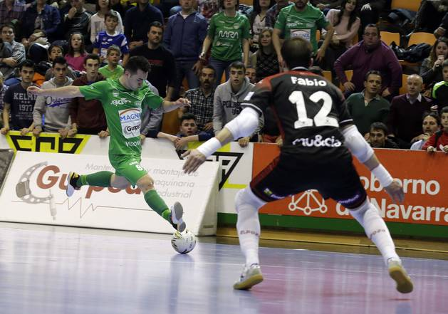 Dani Saldise intenta superar a Fabio en el partido de la semana pasada en el pabellón Anaitasuna.