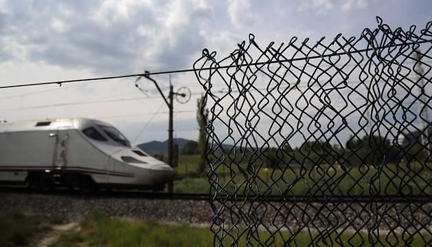 Un tren pasa por un tramo con malla agujereada.