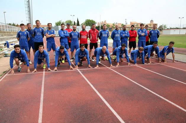 PREPARADOS, LISTOS..., ¡YA! Los jugadores del CD TUdelano posan en las pistas de atletismo del estadio Nelson Mandela de Tudela.