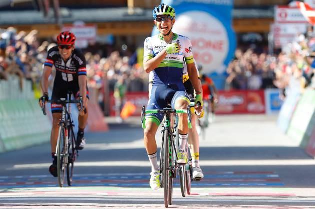 Chaves celebra su triunfo en la etapa reina del Giro.