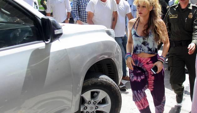 Los cantantes colombianos Shakira (i) y Carlos Vives, durante la realización del vídeo de la canción 'La bicicleta'