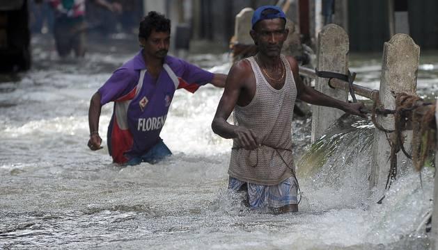 Los deslizamientos de tierras provocados más de tres días de intensas lluvias en el centro de Sri Lanka ha causado al menos 64 muertos en Sri Lanka.