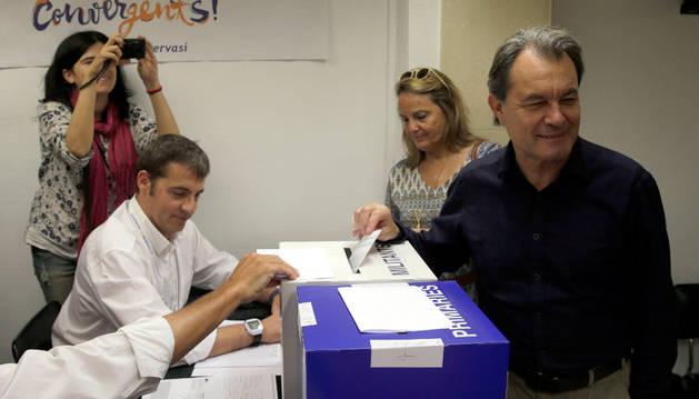 Artur Mas, ejerce su voto en una de las mesas de votación en el 'supersábado'.