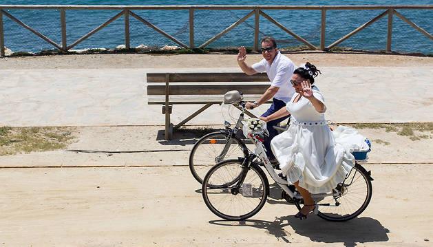 Mariví Maldonado y Juan Ramón García durante un momento del trayecto en bicicleta que han hecho en su boda.