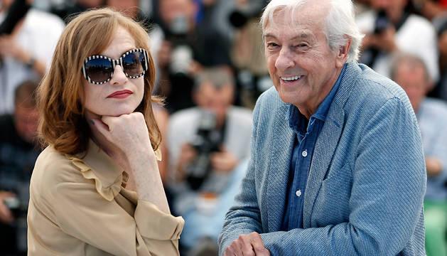 Paul Verhoeven posa junto a la actriz francesa Isabelle Huppert.