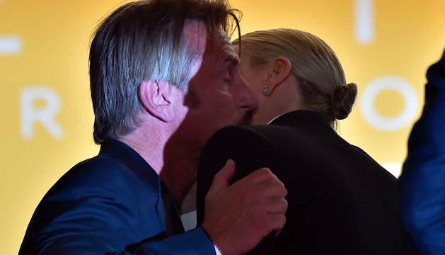 Instante en que Sean Penn y Charlize Theron, que dejaron de ser pareja hace casi un año, se saludan en Cannes.
