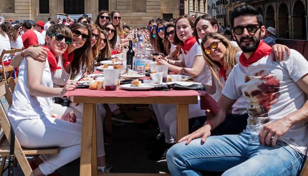 Un grupo de jóvenes de una de las mesas de la comida en Los Fueros.