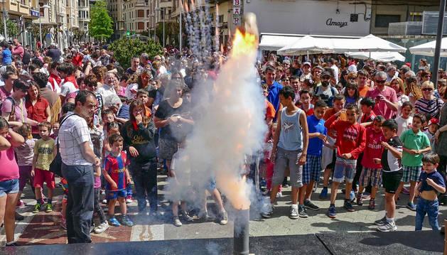 Momento en el que se lanzaron las bombas japonesas, de las que estuvieron muy atentos los niños, tras el cohete en la plaza de La Coronación.