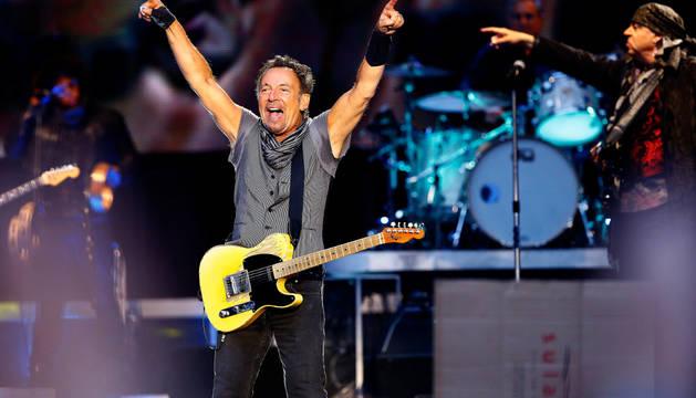 Bruce Springsteen, durante el concierto ofrecido esta noche en el estadio Santiago Bernabéu.