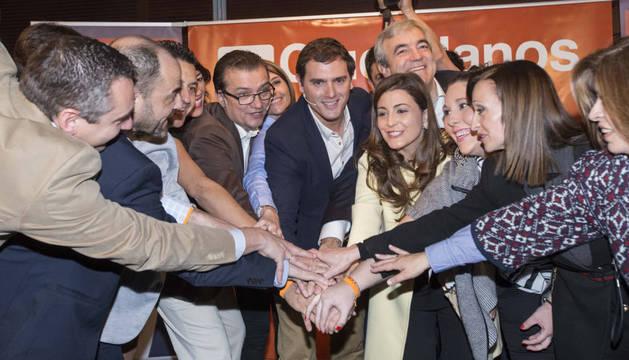 Albert Rivera junto a Miguel Garaulet, y otros militantes.