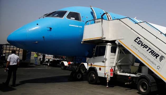 Varios operarios trabajan en un avión de Egyptair este domingo.