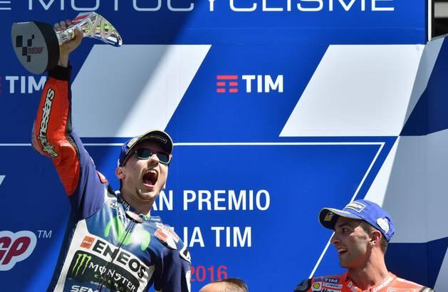 Jorge Lorenzo celebra su triunfo en Italia.