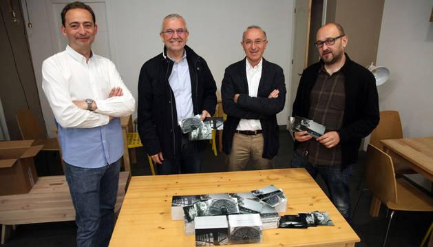 De izda. a dcha., Jesús Manrique, Manuel Campillo (fundación Tudela Comparte), Jesús Mª Ramírez y Julio Mazarico, con las postales.