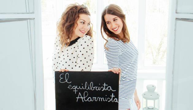 Las maestras Sara Duque Miguélez (izda) y Leire Buzunáriz Yárnoz posan con el título de su libro.