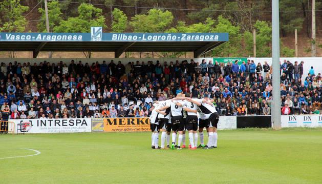 Los jugadores del Tudelano se abrazan antes de comenzar el partido el pasado domingo frente al Hércules.