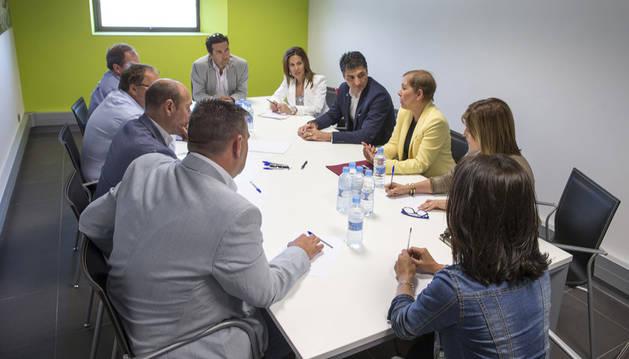Uxue Barkos con los representantes de los empresarios de la Ribera.