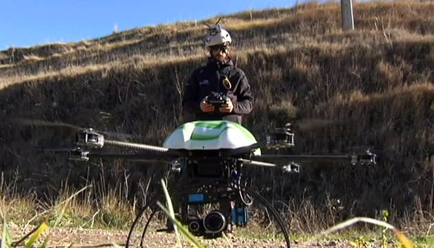 Imagen de un dron manejado por un jóven.