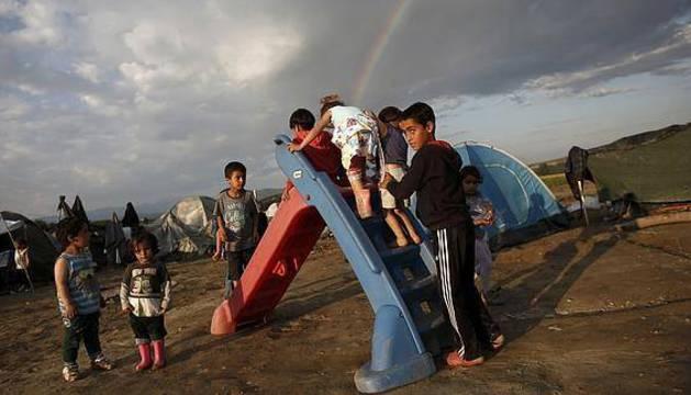 Niños jugando en el campo de refugiados de Idomeni.