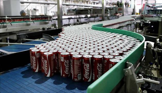 Latas de Coca-Cola en la nueva fábrica de la compañía.