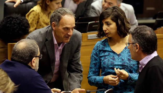 Adolfo Araiz y Laura Pérez en el Parlamento de Navarra.