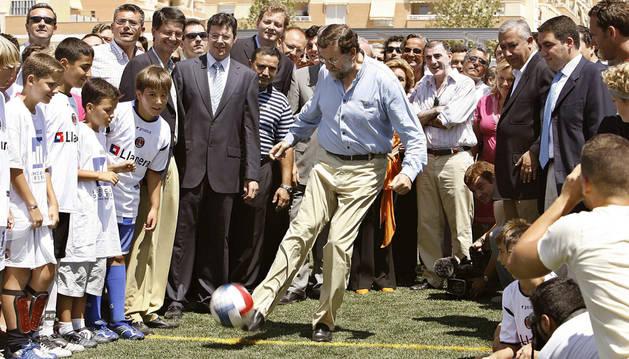 Mariano Rajoy, se dispone a lanzar un penalti.
