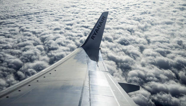 Un avión de Ryanair en pleno vuelo.
