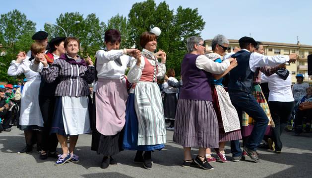 El taller de danza popular de Tierra Estella actuó durante el homenaje, celebrado en el centro San Jerónimo.