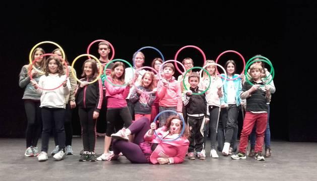 Foto de grupo de escolares premiados, sobre el escenario de la casa de cultura de Aoiz.