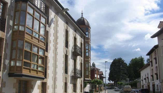 A la izquierda, vista parcial de la sede del Ayuntamiento de Olazagutía.