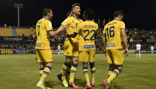 Los jugadores del Alcorcón celebran el gol del triunfo.