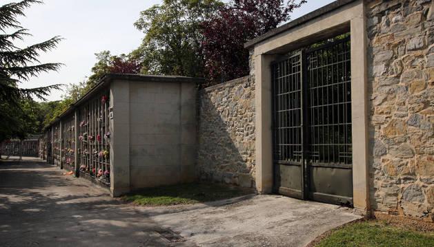 A la derecha, la puerta por la que accedieron los ladrones, cercana a la del río.